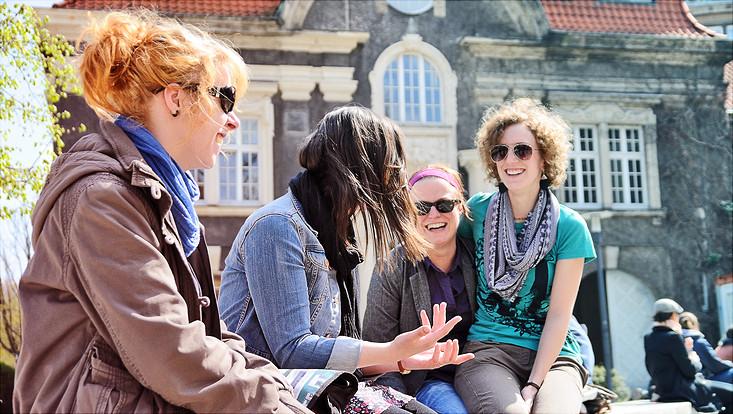 Studentinnen vor dem Hauptgebäude